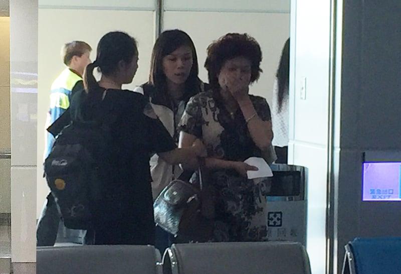 中國大陸遊客團來台不幸遭遇國道火燒車事件,罹難陸客的家屬21日下午搭機抵台。圖為家屬進入機場,難掩哀傷。(中央社)
