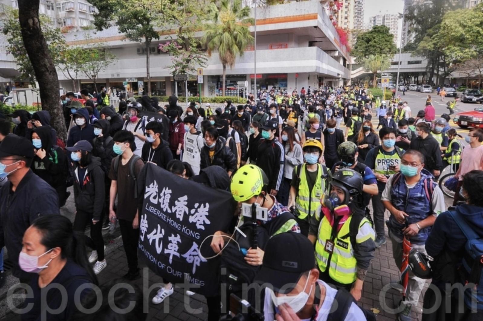 2020年3月8日,香港一批市民在大埔集會和遊行,反對政府將區內的賽馬會普通科門診診所列為指定診所。遊行開始。(宋碧龍/大紀元)