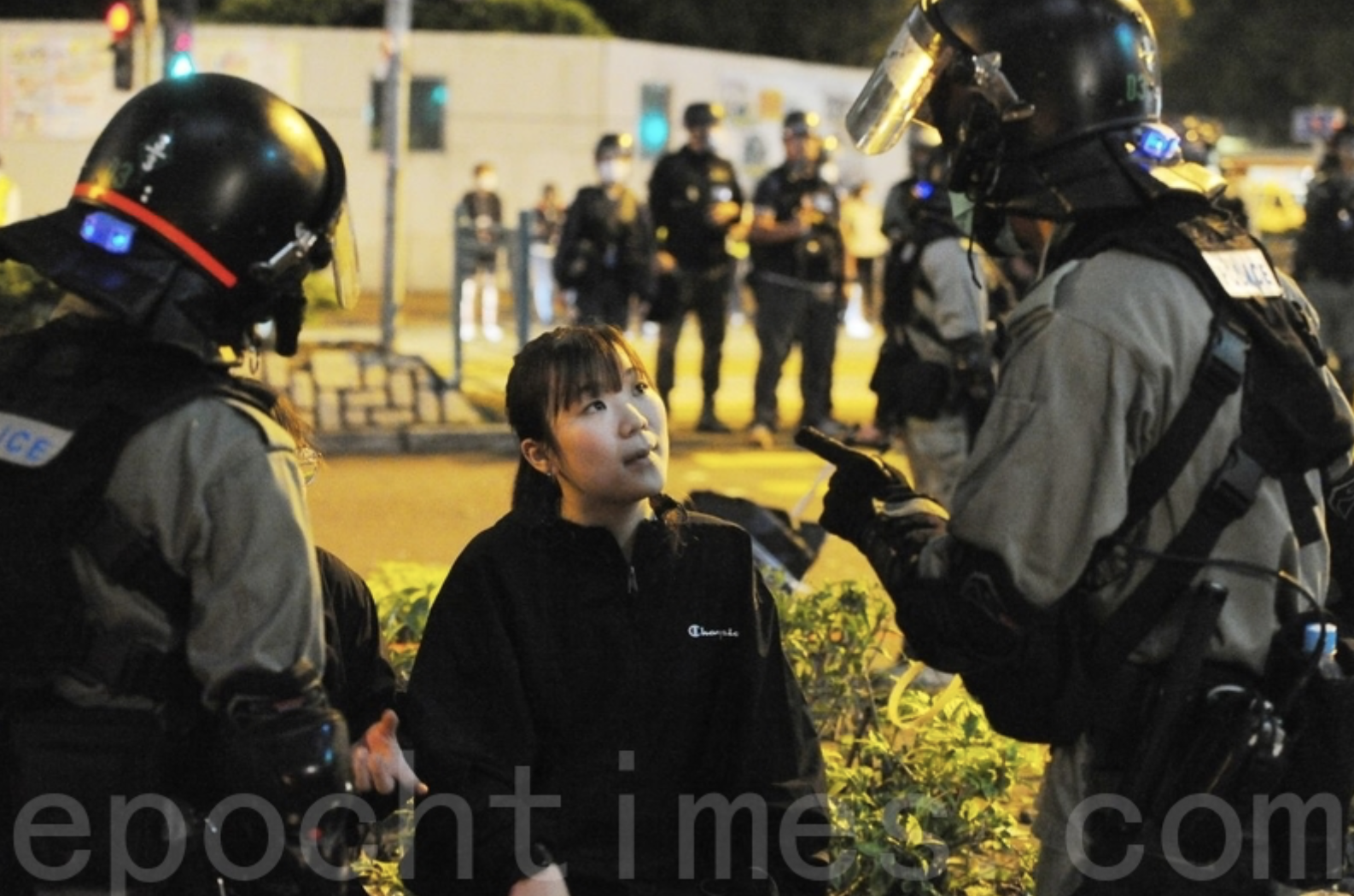 2020年3月8日,香港一批市民在大埔集會和遊行,反對政府將區內的賽馬會普通科門診診所列為指定診所。防暴警察對2位女孩粗魯暴力的對待。(宋碧龍/大紀元)