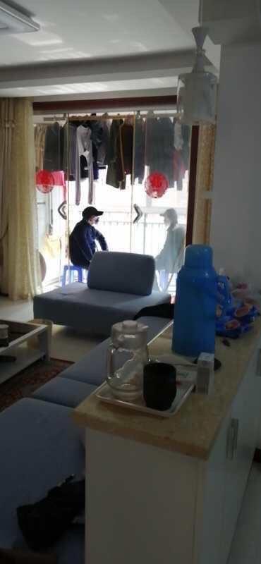 傳有保安人員進入業主屋內進行安全排查。(網絡圖片)