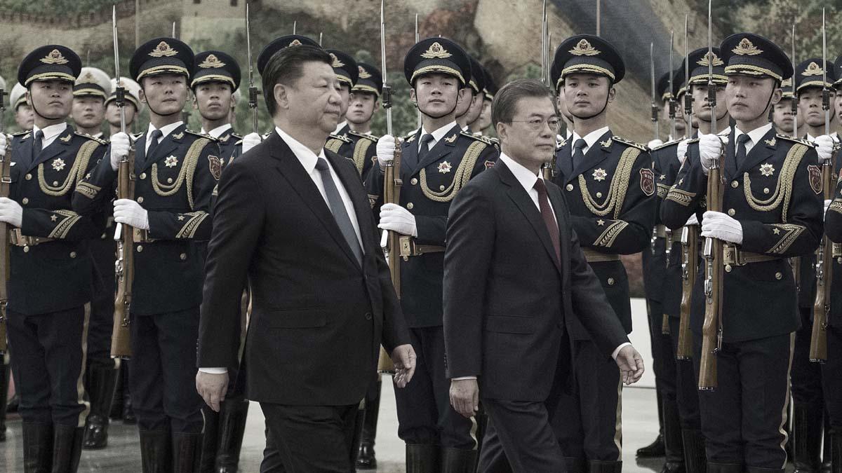 圖為2017年南韓總統文在寅(右)訪問北京時,和習近平檢閱儀仗隊。(Nicolas Asfouri-Pool/Getty Images)