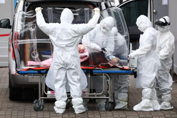 圖為首爾醫護在收治武漢肺炎病人。(Chung Sung-Jun/Getty Images)