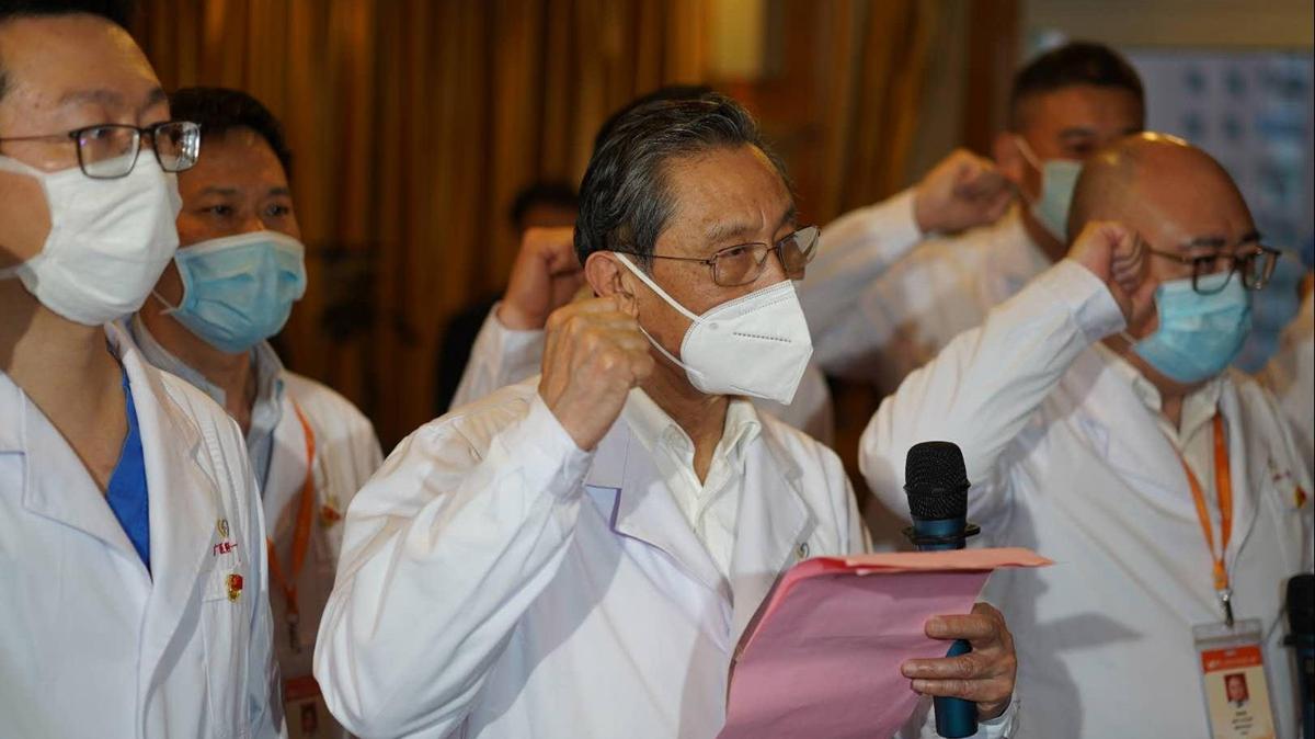 中共工程院院士鍾南山,為「火線入黨」的醫護人員「領誓」引非議。(微博圖片)