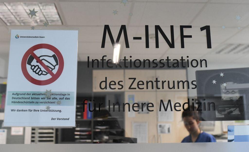 2020年3月9日,位於德國西部埃森的Uniklinikum Essen大學醫院隔離病房的入口處貼上一個標誌,指示不要握手以降低中共肺炎(俗稱武漢肺炎、新冠肺炎)的感染風險。(INA FASSBENDER/AFP via Getty Images)