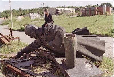 1991年立陶宛民眾騎在被推倒的列寧像上,標誌共產主義統治的時代結束。(Getty Images)