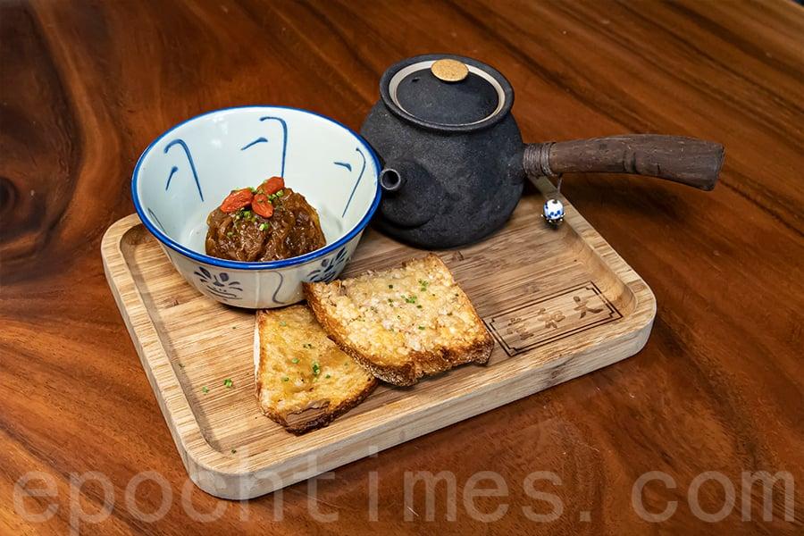 藥煲盛裝的法式洋蔥湯。(陳仲明/大紀元)