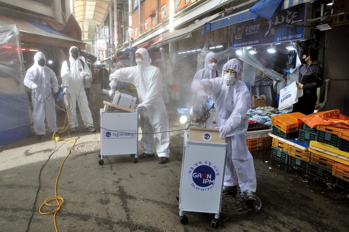 圖為防疫人員在南韓首爾傳統市場進行消毒。(Getty Images)