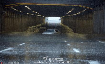 北京紫竹橋下積水嚴重,內澇成海,汽車趴窩,積水幾乎淹沒車頂。(網絡圖片)