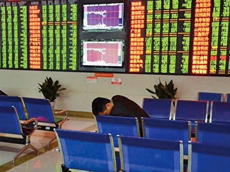 2021年7月26、27日大陸A股連續兩天跳水,市值蒸發4萬億元人民幣後,中共政府慌了,開始緊急發文及與投行巨頭開會,尋求「維穩」市場。圖為:中國大陸A股一景。(Getty image)
