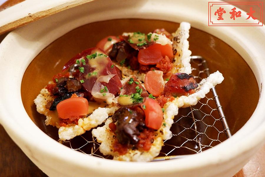 西班牙辣肉腸、千日風乾火腿、臘腸和膶腸等小食用煲仔飯的瓦煲盛裝。(受訪者提供)