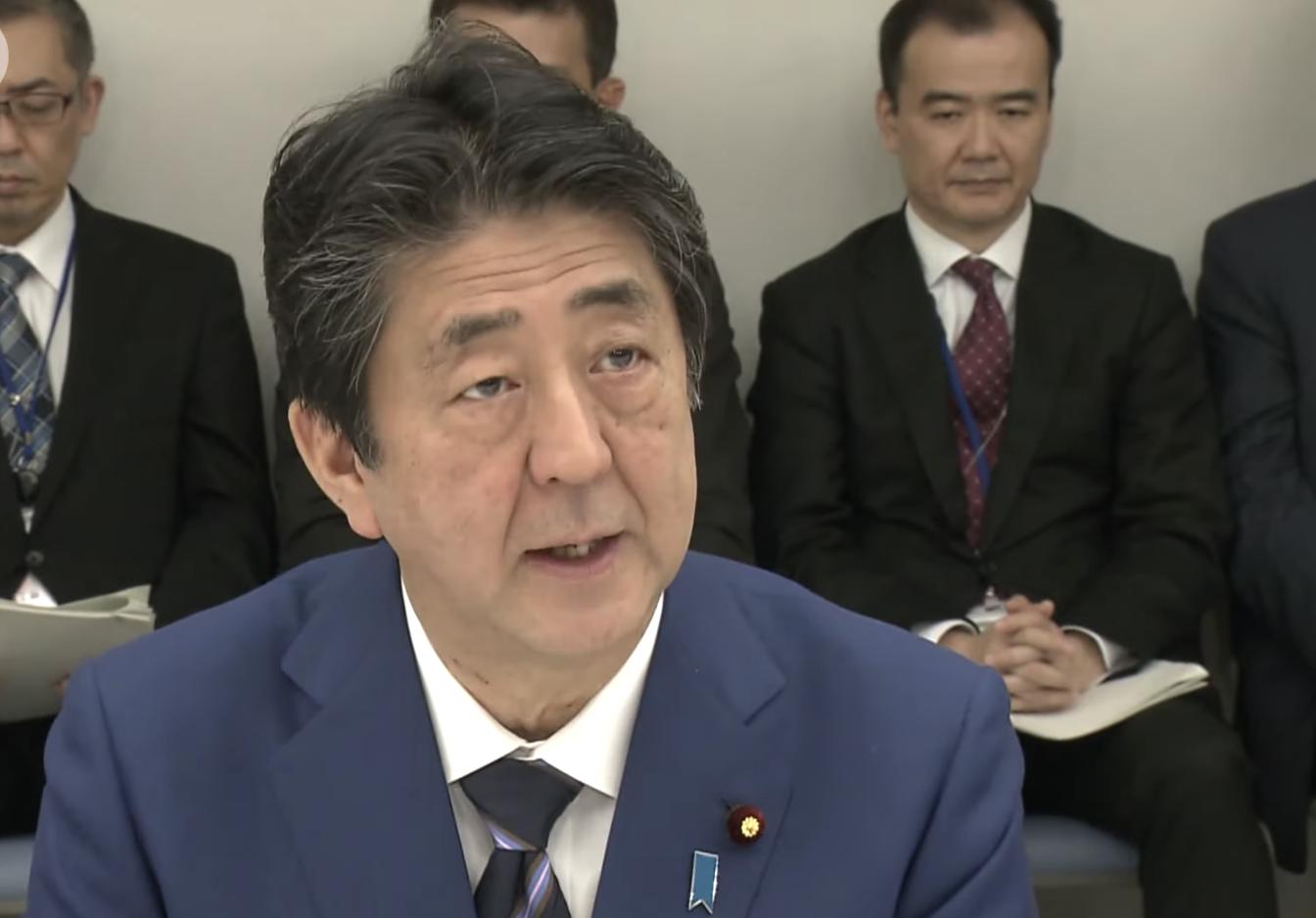 日本首相安倍晉三10日,在政府與執政黨的碰頭會上表示,未來經濟不明朗,「將全力果斷應對」。日媒指支撐安倍內閣的三大支柱「外交」,「危機管理」,「經濟」均在動搖。(視頻截圖)