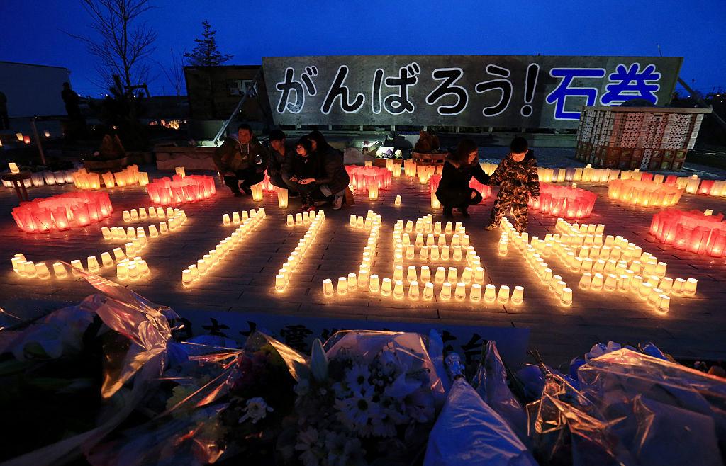 2020年3月11日,日本311大地震屆滿9週年。圖為,2016年3月11日,居民在宮城縣「3.11紀念館」點燃蠟燭。 (JIJI PRESS/AFP via Getty Images)