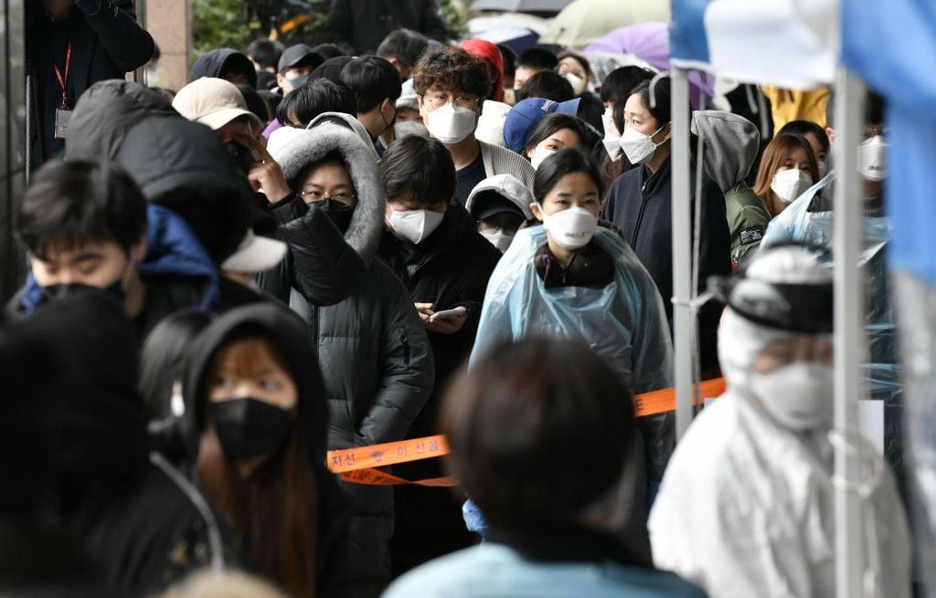 2020年3月10日,首爾市西南部一家電話客服中心爆發群聚感染。圖為居民排隊檢驗。(JUNG YEON-JE/AFP via Getty Images)