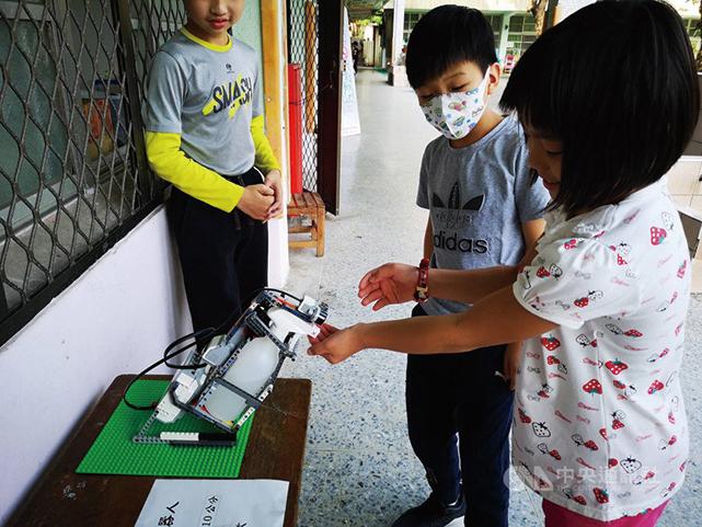 台小學生創酒精消毒 機械人防疫