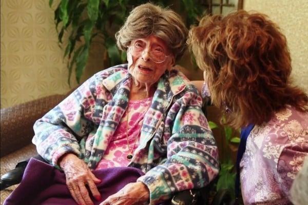 現年113歲的丹拉女士仍然神采奕奕。 (《今日美國》視頻截圖)