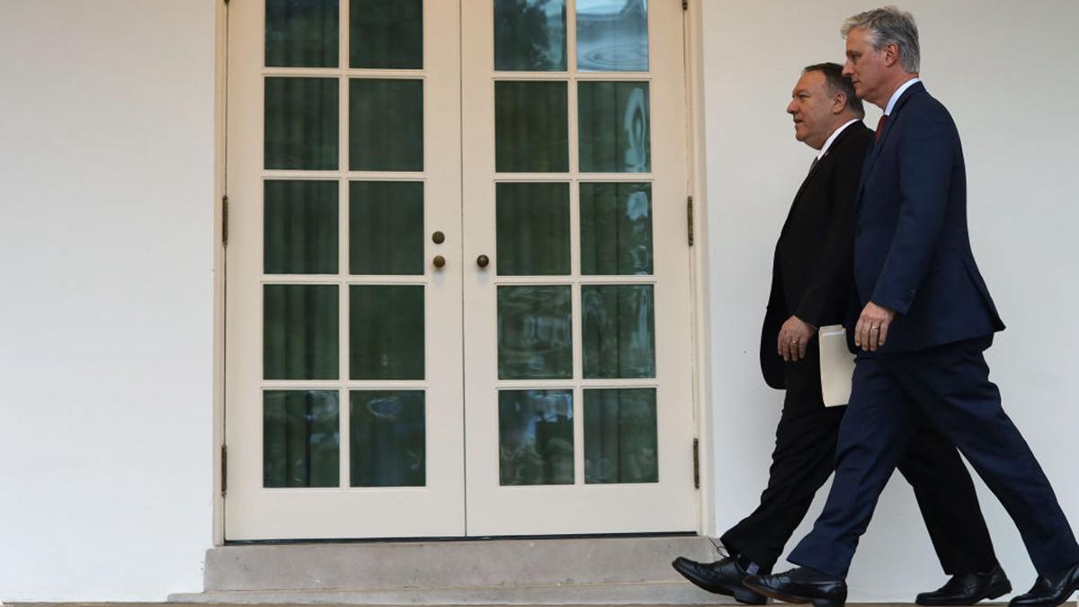 美國國家安全顧問羅伯特・奧布萊恩(外)和美國國務卿蓬佩奧(內)都表示,中共隱瞞中共肺炎疫情。(Alex Wong/Getty Images)