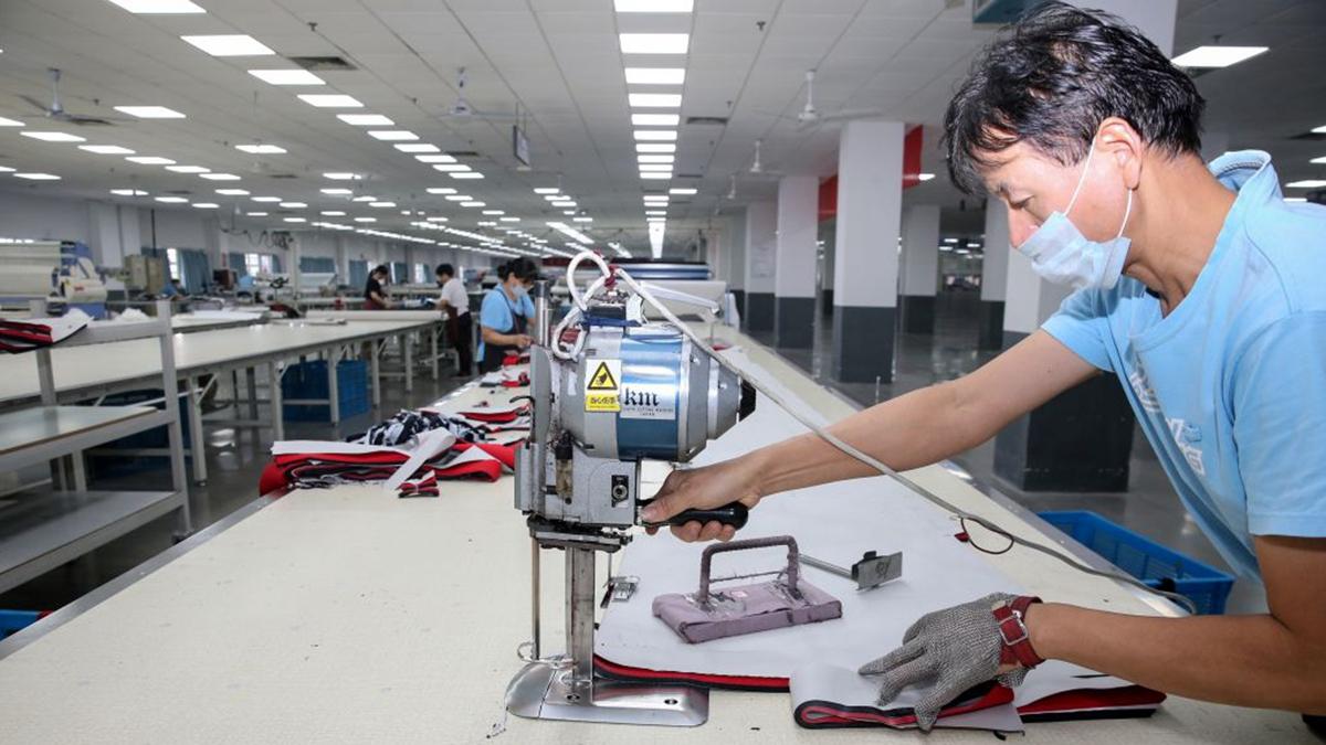 圖為中國江蘇一家服裝工廠。(STR/AFP via Getty Images)