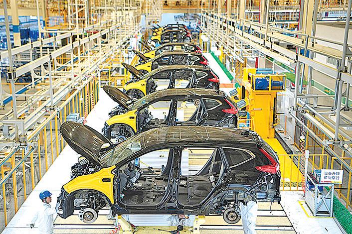 專家認為,跨國公司需要盡快減少對中國的依賴,無論是作為生產基地或原料供應商。圖為武漢肺炎爆發前一家跨國企業位於武漢的汽車工廠。(STR/AFP via Getty Images)
