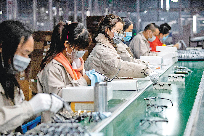 武漢肺炎在中國爆發,不僅衝擊中國經濟,也推動了供應鏈轉移出中國。歐盟的中國商會會長認為,經濟全球化時代已經結束。圖為中國溫州一個工廠生產線的工人帶著口罩工作。(NOEL CELIS/AFP via Getty Images)