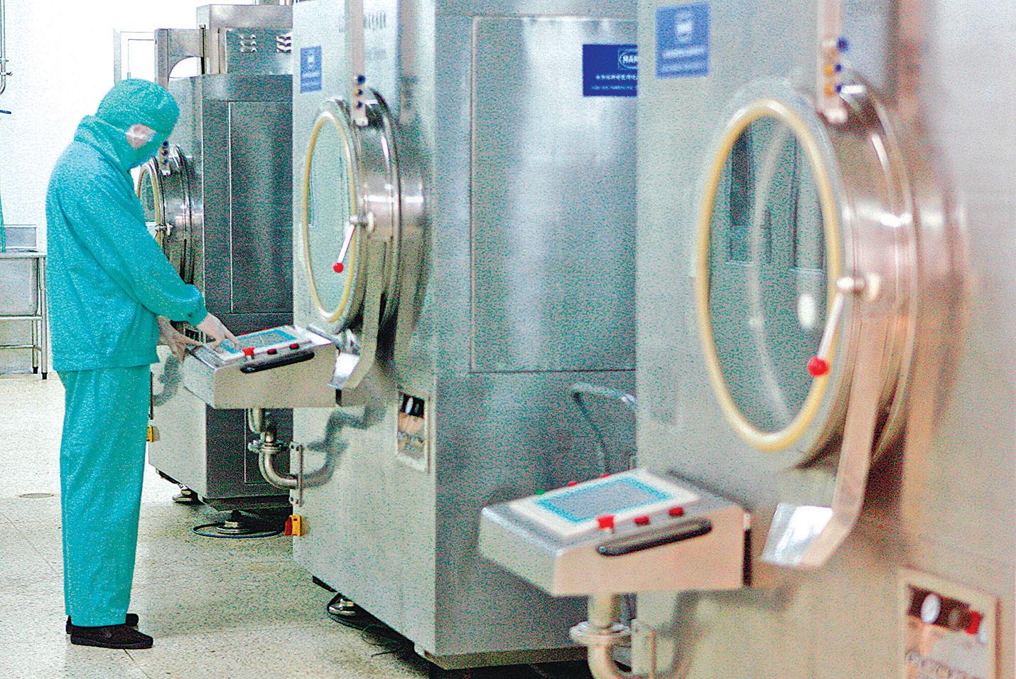 美國國防衛生專家認為,中國在全球藥材原料市場上日益佔主導地位,影響國家安全風險。 圖為北京一家製藥工廠。(AFP)