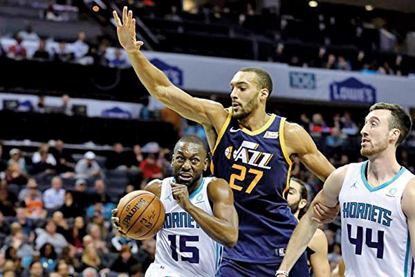 NBA的爵士隊中鋒高拔(Rudy Gobert)(中) 被確診感染武漢肺炎,NBA宣佈中止賽季餘下所有的256場比賽。(Getty Images)