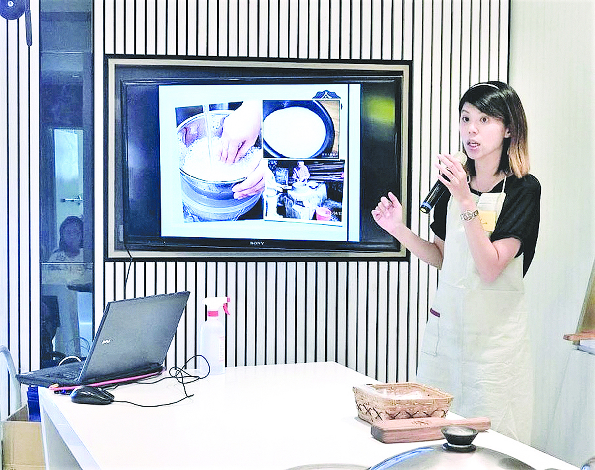 王逸芝為了台灣米食文化的承傳,常常開辦草仔粿的美食教學。