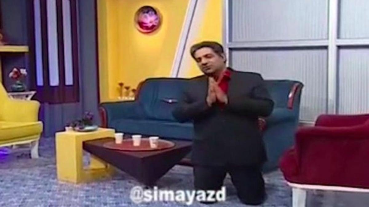 伊朗國家電視台一名主持人在直播節目中突然下跪,懇請民眾待在家裏,保護好自己。(影片截圖)