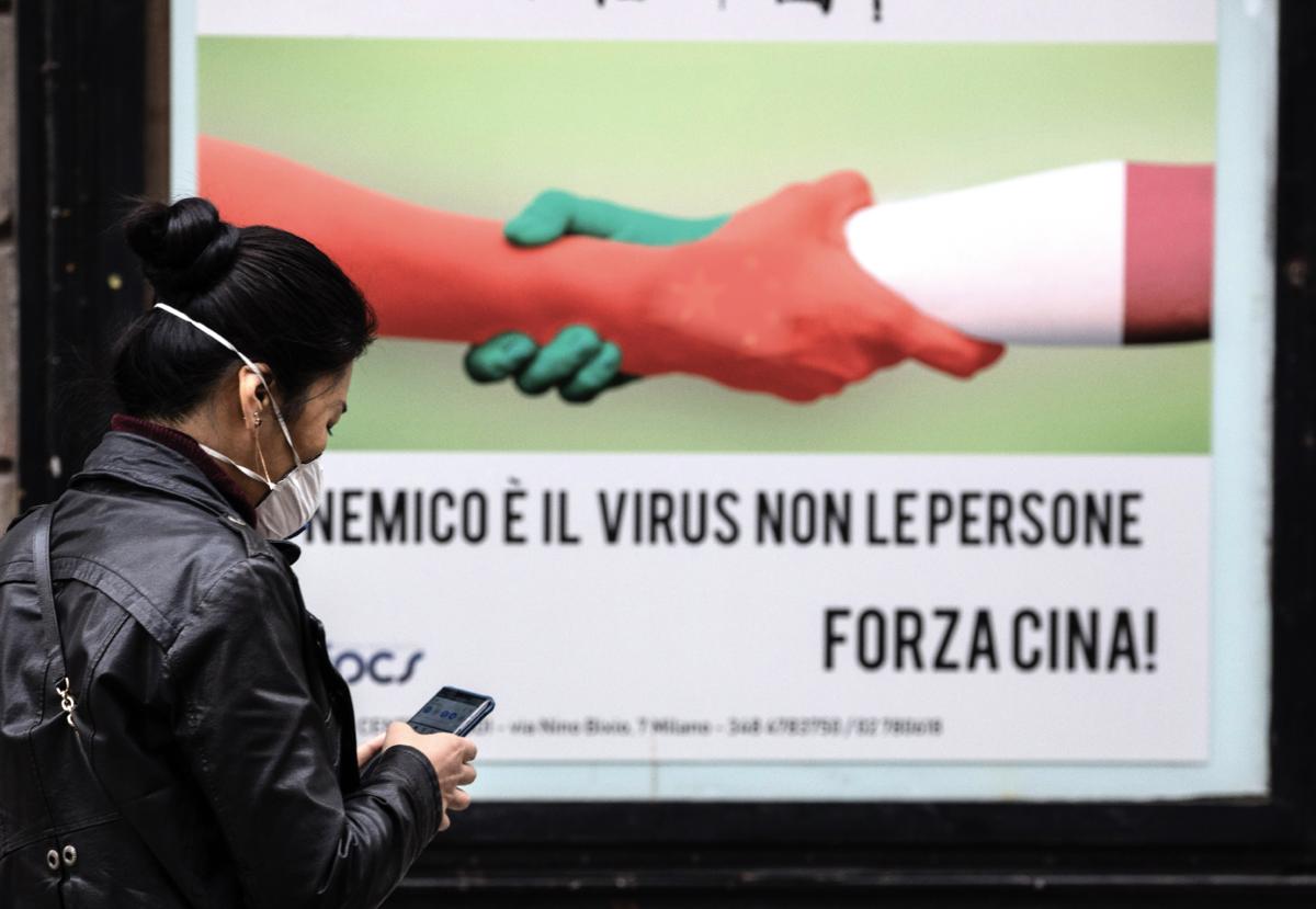 「紅魔之手」武漢肺炎攻入意大利後,中共竟然不知羞恥,在害得別人家破人亡之際推出與該國「攜手」抗疫宣傳廣告。 (Getty Images)