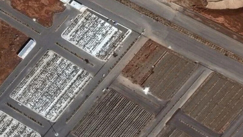 最新衛星圖顯示,伊朗正在挖掘萬人坑,以埋葬數量不斷增加的中共病毒死亡者。(影片截圖)