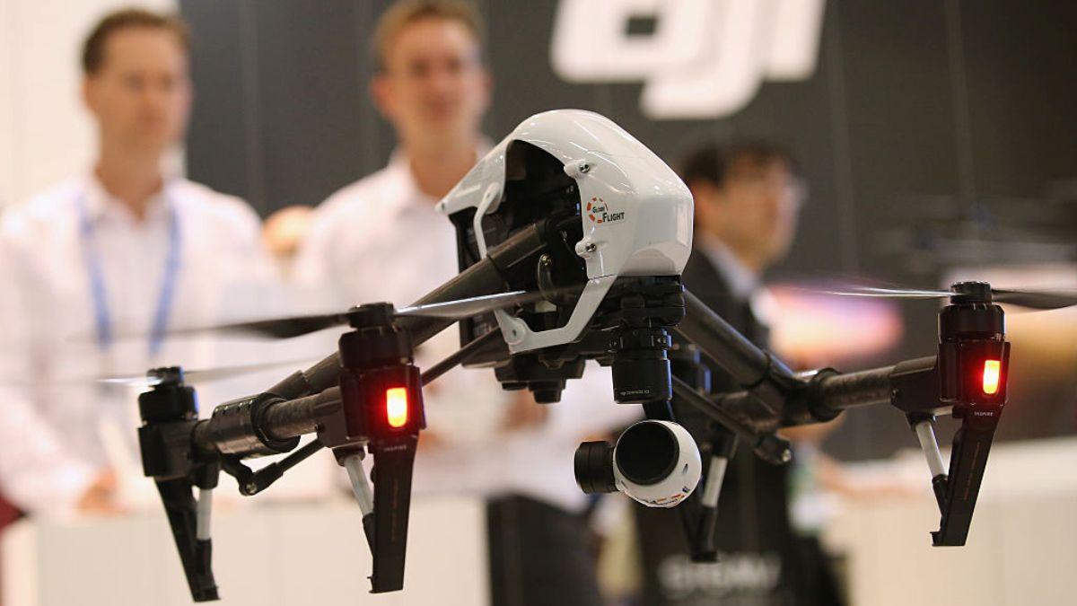 圖為中國大疆創新公司的一架四旋翼無人機2015年9月4日在德國柏林舉行的2015年IFA消費電子和家用電器交易會的展位飛行。(Sean Gallup / Getty Images)