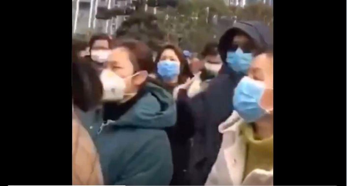 中國湖北省孝感市應城市民為抗議小區物業代買的高價菜質量差聚集抗議,大媽們齊聲高唱「起來不願做奴隸的人們」。(影片截圖)