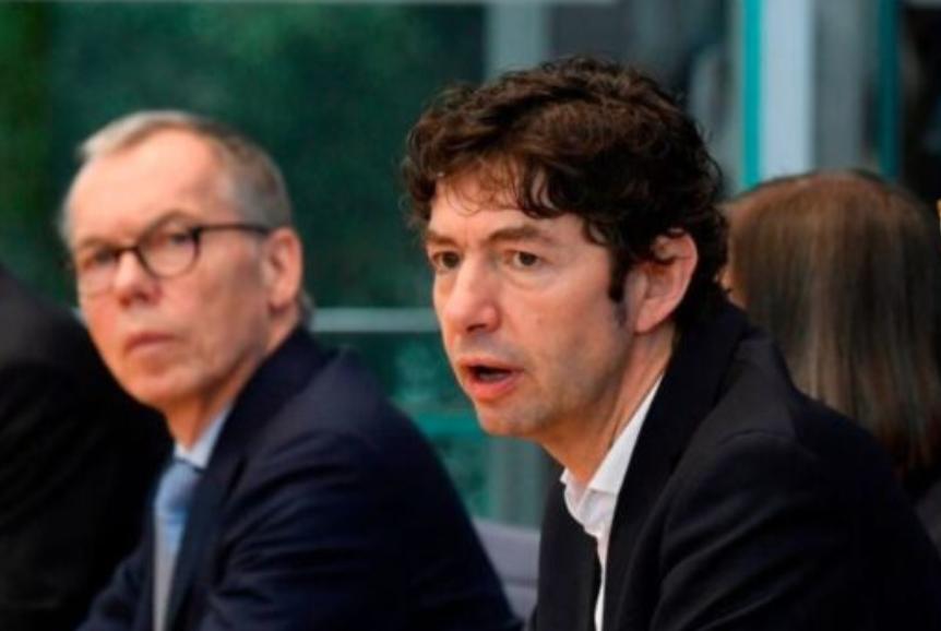 德国著名病毒学家Christian Drosten(中)2020年3月2日在柏林举行的新闻发布会上发表讲话,评论新型冠状病毒在德国的传播情况。(JOHN MACDOUGALL/AFP via Getty Images)