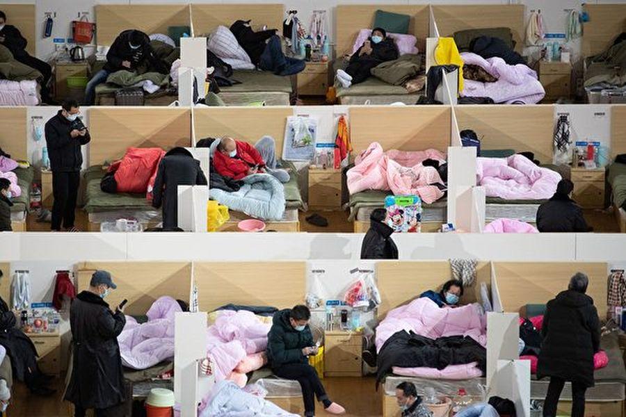 2020年2月18日多名患者在由武漢體育館改造的方艙醫院中休息。(AFP/Getty Images)