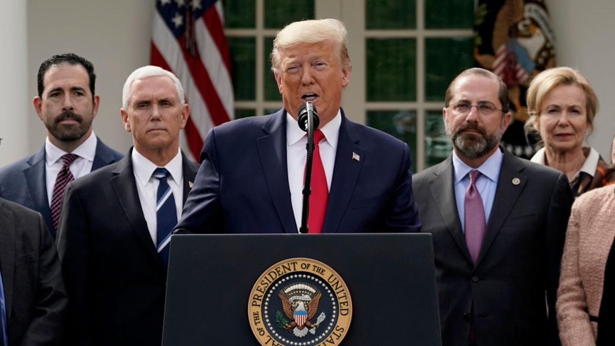 美國總統特朗普在13日電記者會上表示,習近平和他都知道中共病毒發源自哪裏。(Drew Angerer/Getty Images)