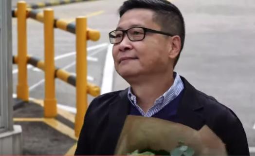 【大紀元直播】香港西貢監獄 占中7子陳健民出獄 Max報導(20200314)(影片截圖)