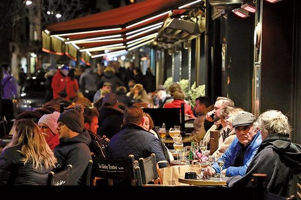3月14日晚,法國人聚集在Le Touquet咖啡館享受周末。政府宣佈從當晚午夜開始實行「關門」,以遏制武漢肺炎蔓延。(AFP)