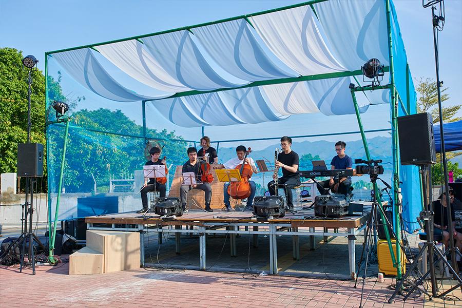 黃家立(右三)參與「香村音樂節」時,走訪新界邊境村落,舉行在地音樂會。(香村音樂節提供)