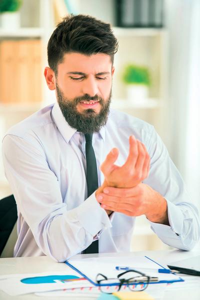 手臂手指疼痛如觸電 恐是頸椎間盤突出壓迫神經根