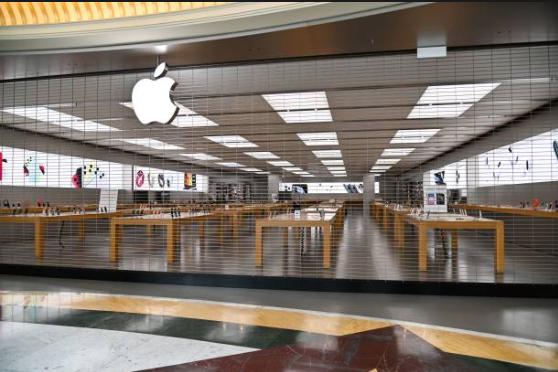2020年3月12日,意大利羅馬一家關閉的蘋果門店。(Photo by ANDREAS SOLARO/AFP via Getty Images)