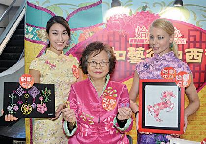 有商場為迎接新春到來,於1月15日至2月19日舉辦「鈕扣藝術中西薈」,展出由香港傳統海派盤鈕大師浦明華女士,及美國藝術家Cheryl Tirre的鈕扣藝術品。(宋碧龍/大紀元)