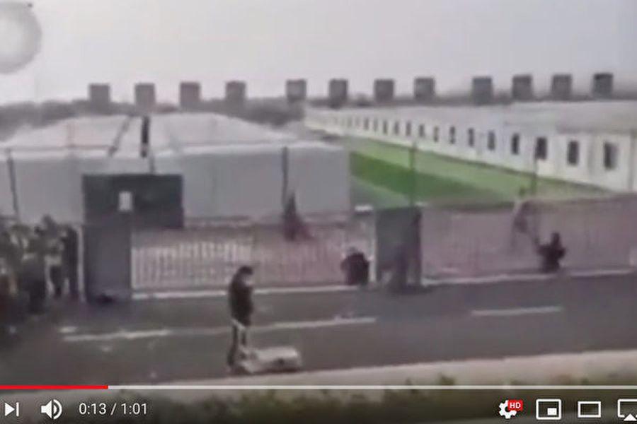 傳武漢當局又在武漢四環外建了一個容納四千人的方倉醫院,周圍設置了電網,鐵絲網。(截圖)