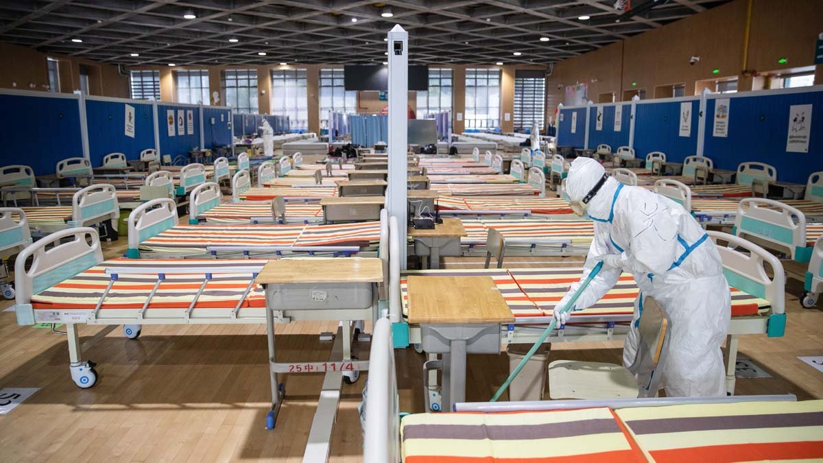 武漢醫生透露,武漢確診數字下降,方艙醫院休艙,都是政治操作。圖為武漢一家已清空的方艙醫院。(STR/AFP via Getty Images)
