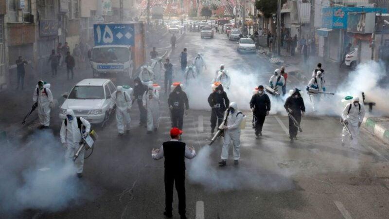 伊朗首都德黑蘭的消防員2020年3月13日正在對街道進行大規模消毒,欲以此阻止中共病毒的擴散。 (AFP via Getty Images)