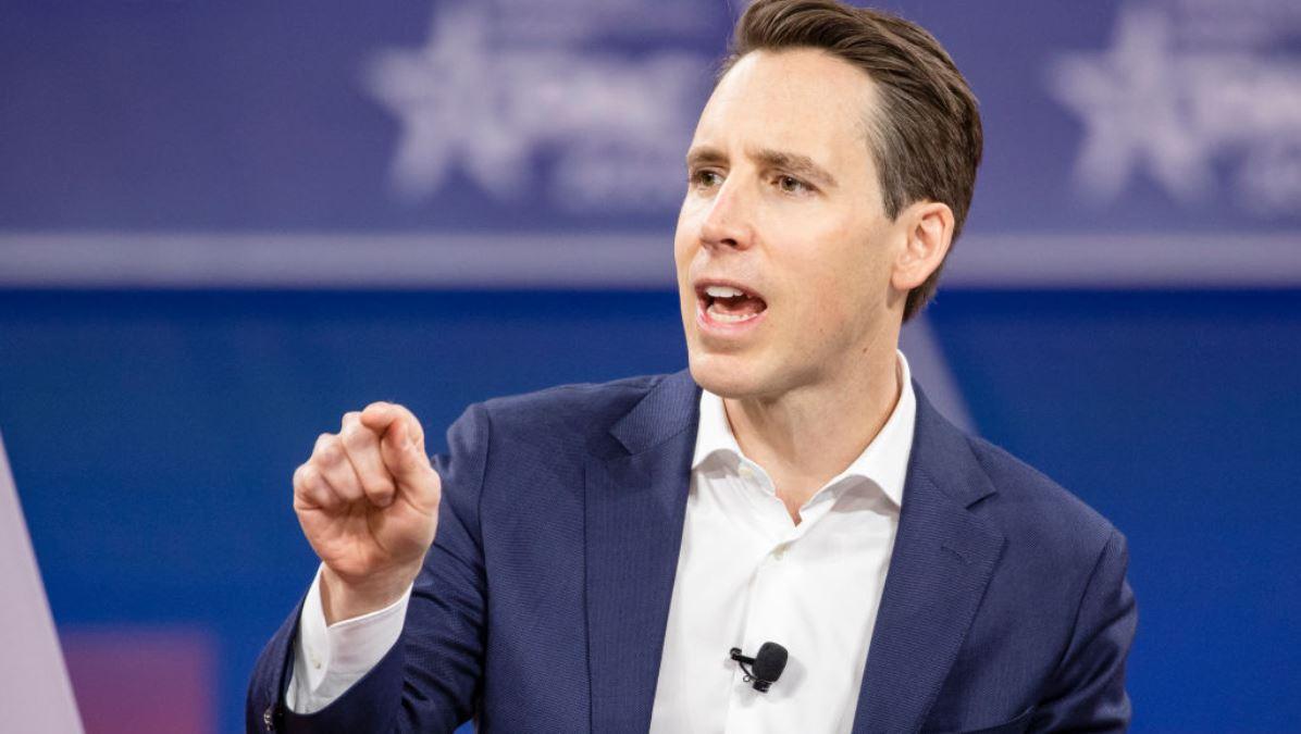 圖為美國共和黨參議員Josh Hawley(R-MO)於2020年2月28日在馬里蘭州國家港口舉行的保守黨2020年政治行動會議(CPAC)上發表演講。(Samuel Corum/Getty Images)