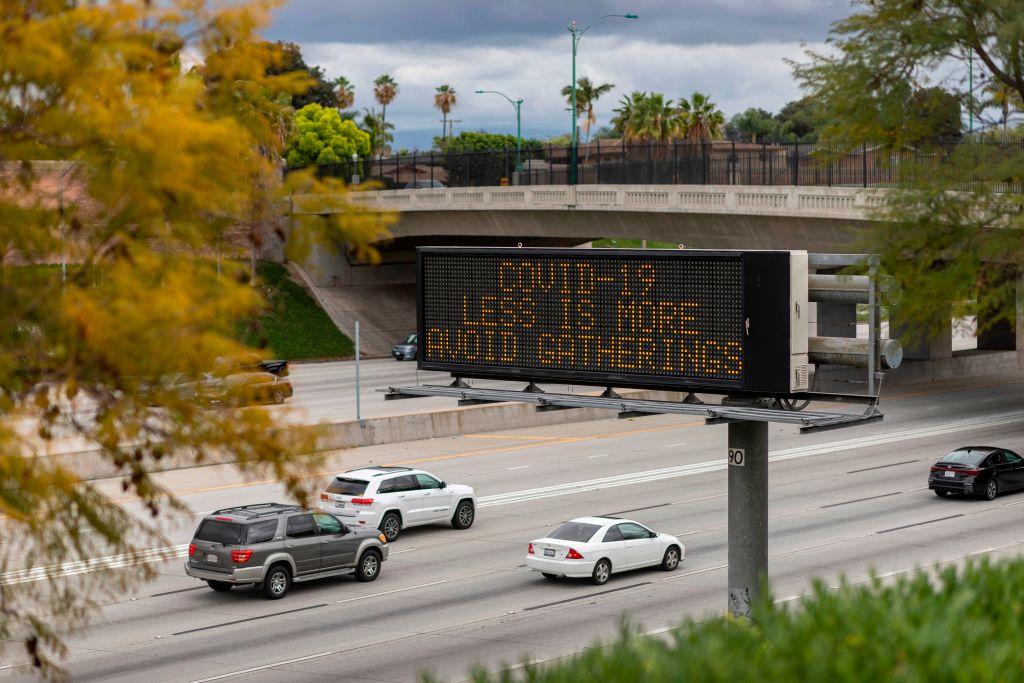 2020年3月14日,加州阿納海姆市5號州際公路上,信息標誌(CMS)警告中共肺炎毒病(COVID-19)將威脅全國範圍。(DAVID MCNEW/AFP via Getty Images)