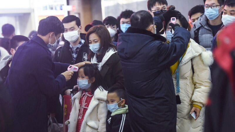 3月14日,中共官方發表的新增感染人數是20人,其中16名入境中國的外國人,中國國內的實際感染人數僅4人。外界質疑降低速度之快,令人驚訝。( STR/AFP via Getty Images)