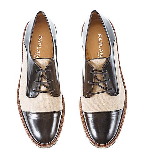 深雙色鞋看上去很優雅,是很明智的選擇。(網絡圖片)