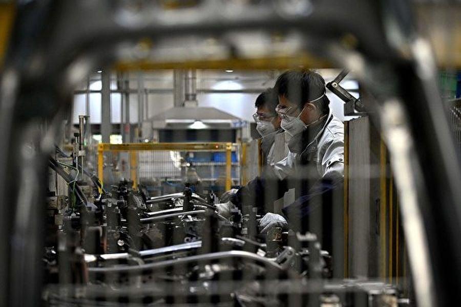 持續減緩的中國經濟,今年初開始又遭遇中共肺炎疫情,可謂雪上加霜。儘管中共已下令全國復工,但情況並不樂觀。而對於本來就艱難的私人企業,有企業主表示,中共還借疫情大肆割企業和老百姓的韭菜。圖為受疫情影響下的中國工廠。(NOEL CELISAFP via Getty Images)