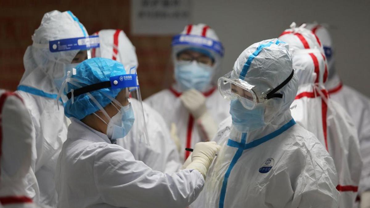 武漢醫護人員在身上穿的防護服上寫上名字,用於識別。(STR/AFP via Getty Images)
