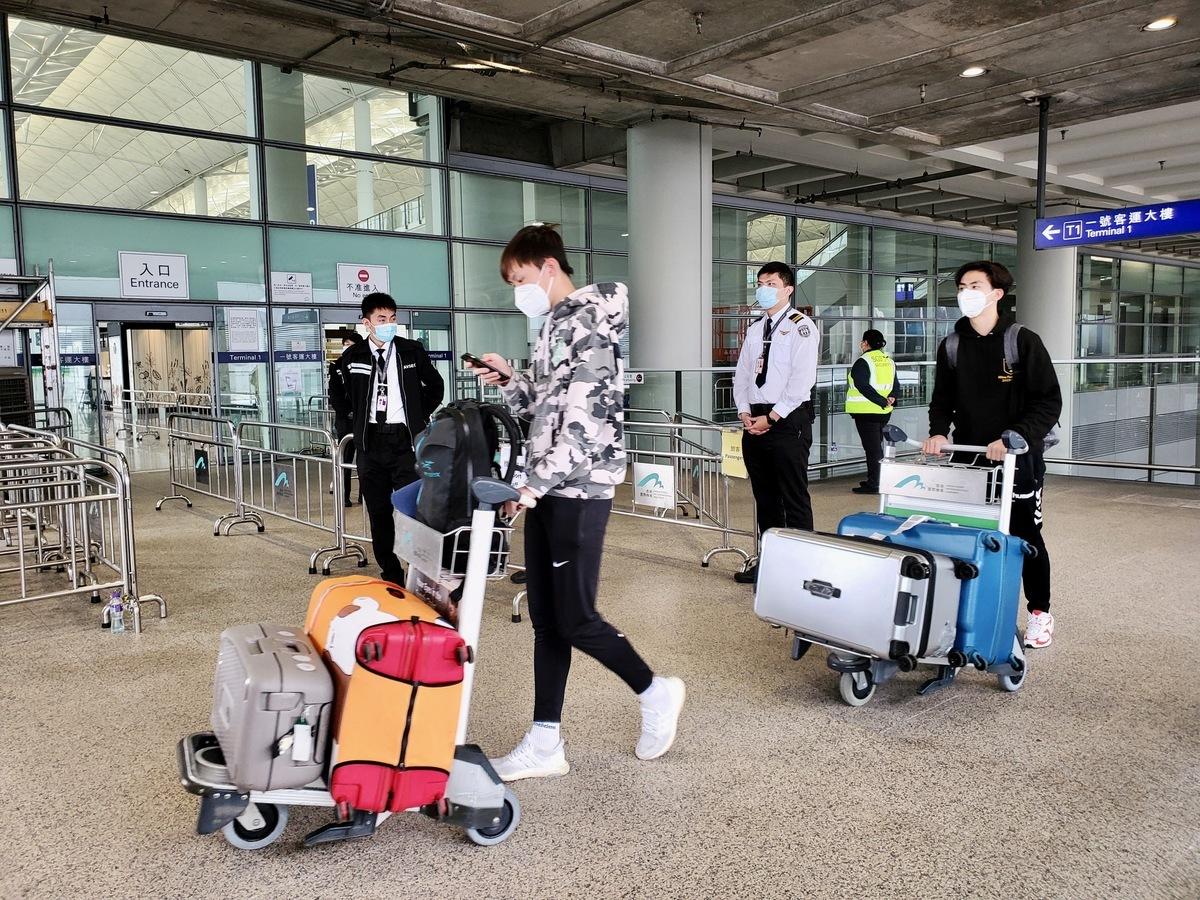 在中共「出口」導致全球多國大爆發後,香港的染病率較其他國家為低,不少父母急call海外留學的子女回港「避疫」。機票甚至搶貴幾倍,但依然爆滿。港府昨公布,對所有海外國家或屬地發出紅色外遊警示。(宋碧龍/大紀元)